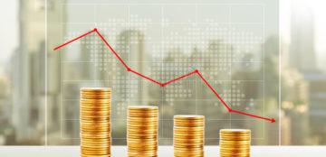 perda-do-dinheiro-conceito-do-negocio-pilhas-da-moeda-de-ouro-financ%cc%a7a-para-baixo-74839076
